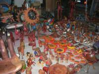 festeggiamenti in onore di Maria Santissima dei Miracoli, Patrona di Alcamo - oggetti africani esposti tra le bancarelle di piazza della Repubblica - 21 giugno 2007  - Alcamo (1423 clic)