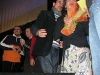 Rassegna musicale giovani autori Omaggio a De André: KAIORDA di Palermo e MARCOSBANDA di Roma salutano alla fine dello spettacolo - Valentina Artale (Presidente dell'associazione per l'arte e la cultura ALMAREI), che ha curato l'organizzazione, ringrazia  - Teatro Cielo d'Alcamo - 11 febbraio 2006   - Alcamo (1366 clic)