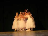 presso il Teatro Cielo d'Alcamo, il Saggio di danza, diretto da Rosanna Stabile - ARTE LIBERA - I Colori del mondo: LA PACE (foto 20)- 16 GIUGNO 2007  - Alcamo (1072 clic)