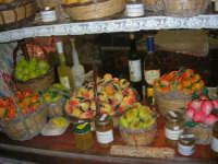 frutta marturana ed altri prodotti tipici locali esposti nella vetrina di una pasticceria - 6 luglio 2007  - Erice (2828 clic)