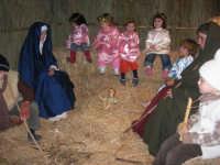 Presepe Vivente presso l'Istituto Comprensivo A. Manzoni, animato da alunni della scuola e da anziani del paese - la grotta della natività - 20 dicembre 2007   - Buseto palizzolo (890 clic)