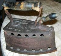 un tempo si stirava con il ferro a carbone! - 18 febbraio 2007  - Bagheria (1700 clic)