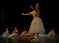 presso il Teatro Cielo d'Alcamo, il Saggio di danza, diretto da Rosanna Stabile - ARTE LIBERA - I Colori del mondo: LA PACE (foto 24)- 16 GIUGNO 2007  - Alcamo (1099 clic)