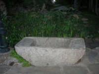 nel giardino del Ristorante Panorama Garden, in contrada Sangiovannello, esposta una pila in pietra - 29 luglio 2007  - Erice (1318 clic)
