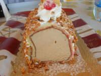 tronchetto di gelato alla nocciola e cioccolato (lato nocciola) - 4 agosto 2007  - Alcamo (11576 clic)