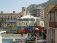 le giostre invadono il quartiere: sta per avere inizio la festa di Santa Rita - 19 maggio 2006   - Castellammare del golfo (4780 clic)
