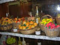 frutta marturana ed altri prodotti tipici locali esposti nella vetrina di una pasticceria - 6 luglio 2007  - Erice (2423 clic)