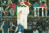 Festeggiamenti in onore di Maria Santissima dei Miracoli, Patrona di Alcamo - Il Palio - Viale Italia - Palco della giuria in Piazza Pittore Renda - 19 giugno 2002  - Alcamo (1891 clic)