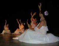 presso il Teatro Cielo d'Alcamo, il Saggio di danza, diretto da Rosanna Stabile - ARTE LIBERA - I Colori del mondo: LA PACE (foto 25)- 16 GIUGNO 2007  - Alcamo (1060 clic)