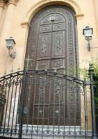 il portone della Chiesa Maria SS. Del Rosario, o Matrice - 1 giugno 2007  - Montelepre (2956 clic)