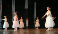 presso il Teatro Cielo d'Alcamo, il Saggio di danza, diretto da Rosanna Stabile - ARTE LIBERA - I Colori del mondo: LA PACE (foto 26)- 16 GIUGNO 2007  - Alcamo (1033 clic)