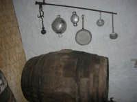 Gli Altari di San Giuseppe - angolo con botte e stoviglie - 18 aprile 2009  - Balestrate (3625 clic)