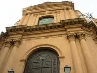 Chiesa Maria SS. Del Rosario, o Matrice - facciata principale: sotto il cornicione tanti nidi di rondini - 1 giugno 2007  - Montelepre (3042 clic)