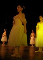presso il Teatro Cielo d'Alcamo, il Saggio di danza, diretto da Rosanna Stabile - ARTE LIBERA - I Colori del mondo: LA PACE (foto 27)- 16 GIUGNO 2007  - Alcamo (1017 clic)