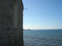 Piazza del Mercato del Pesce: una delle finestre e parete esterna - 6 settembre 2007  - Trapani (864 clic)