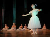 presso il Teatro Cielo d'Alcamo, il Saggio di danza, diretto da Rosanna Stabile - ARTE LIBERA - I Colori del mondo: LA PACE (foto 28)- 16 GIUGNO 2007  - Alcamo (1035 clic)