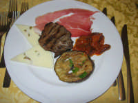 antipasto casareccio: melanzana e fungo arrosto, caponata di melanzane, prosciutto crudo, formaggio pecorino fresco con olive - 12 aprile 2009   - Santa ninfa (6130 clic)
