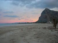 la spiaggia all'imbrunire, mentre il cielo si tinge di rosa - 27 gennaio 2008   - San vito lo capo (770 clic)