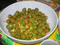 Gli altari di San Giuseppe - lungo la strada, tavole imbandite: olive condite offerte ai visitatori - 18 marzo 2009   - Balestrate (3775 clic)