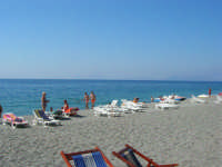 Villaggio Turistico Capo Calavà: la spiaggia - All'orizzonte si intravedono le Isole Eolie - 23 luglio 2006  - Gioiosa marea (3138 clic)