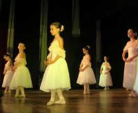 presso il Teatro Cielo d'Alcamo, il Saggio di danza, diretto da Rosanna Stabile - ARTE LIBERA - I Colori del mondo: LA PACE (foto 29)- 16 GIUGNO 2007  - Alcamo (1075 clic)