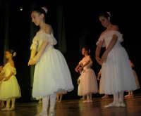 presso il Teatro Cielo d'Alcamo, il Saggio di danza, diretto da Rosanna Stabile - ARTE LIBERA - I Colori del mondo: LA PACE (foto 30)- 16 GIUGNO 2007  - Alcamo (1150 clic)