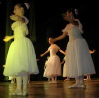 presso il Teatro Cielo d'Alcamo, il Saggio di danza, diretto da Rosanna Stabile - ARTE LIBERA - I Colori del mondo: LA PACE (foto 31)- 16 GIUGNO 2007  - Alcamo (981 clic)