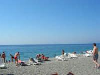 Villaggio Turistico Capo Calavà: la spiaggia - All'orizzonte si intravedono le Isole Eolie - 23 luglio 2006  - Gioiosa marea (6691 clic)
