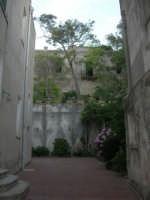 per le vie del paese: un cortile - 6 luglio 2007  - Erice (955 clic)