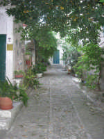 per le vie del paese: un cortile - 6 luglio 2007  - Erice (896 clic)