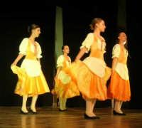presso il Teatro Cielo d'Alcamo, il Saggio di danza, diretto da Rosanna Stabile - ARTE LIBERA - I Colori del mondo: LA PACE (foto 36)- 16 giugno 2007  - Alcamo (1052 clic)