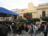 Festa di li Schietti - Piazza Duomo - il palco - la gara dell'alzata dell'albero - 23 marzo 2008     - Terrasini (1999 clic)