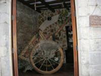 Carretto siciliano esposto nell'ingresso di un ristorante - 14 luglio 2005  - Erice (1753 clic)