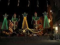 Illuminazione in piazza Ciullo, vista da piazza Mercato (aspettando Natale)- 12 dicembre 2005  - Alcamo (1409 clic)