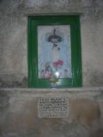 per le vie del paese: un'edicola votiva del 1704 dedicata alla Madonna di Trapani - 6 luglio 2007  - Erice (1155 clic)