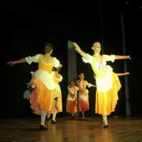 presso il Teatro Cielo d'Alcamo, il Saggio di danza, diretto da Rosanna Stabile - ARTE LIBERA - I Colori del mondo: LA PACE (foto 39)- 16 giugno 2007  - Alcamo (1087 clic)