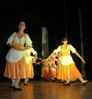 presso il Teatro Cielo d'Alcamo, il Saggio di danza, diretto da Rosanna Stabile - ARTE LIBERA - I Colori del mondo: LA PACE (foto 40)- 16 giugno 2007  - Alcamo (1114 clic)
