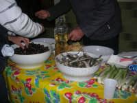 Gli altari di San Giuseppe - lungo la strada, tavole imbandite: olive, sarde salate e cipolle, con il pane, offerti ai visitatori - 18 marzo 2009   - Balestrate (4629 clic)