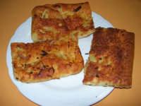 Ranza e ciura: è una specie di pizza di origine araba, prodotta esclusivamente a Chiusa Sclafani; ranza cruschello e ciura il fiore della farina; il suo impasto, con l'aggiunta di olio di oliva, dopo una particolare lavorazione viene condito con maggiorana, cipolla e sarde salate; a fine preparazione, superiormente viene aggiunto formaggio grattugiato - 23 aprile 2006   - Chiusa sclafani (10858 clic)