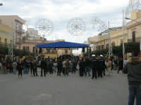Festa di li Schietti - Piazza Duomo - il palco - aspettando la gara dell'alzata dell'albero - 23 marzo 2008   - Terrasini (1715 clic)