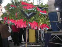 Festa di li Schietti - Piazza Duomo - albero di melangolo (Arancio Amaro) addobbato con nastrini colorati e ciancianeddi: nella gara dell'alzata dell'albero vince chi, tra gli Schietti (Single) e i Maritati (Sposati), riesce ad mantenere alzato l'albero con una mano per più tempo - 23 marzo 2008     - Terrasini (2319 clic)