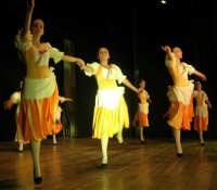 presso il Teatro Cielo d'Alcamo, il Saggio di danza, diretto da Rosanna Stabile - ARTE LIBERA - I Colori del mondo: LA PACE (foto 43)- 16 giugno 2007  - Alcamo (1026 clic)