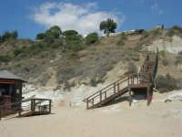 sulla costa, una scala che dalla spiaggia porta ad un locale nei pressi della Scala dei Turchi - 7 settembre 2007  - Realmonte (1474 clic)