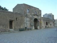 la piazzetta ed il Baglio Isonzo - 8 maggio 2007  - Scopello (1249 clic)