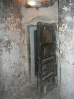 Castello dei Conti di Modica, interno: la porta di una cella - 21 giugno 2007  - Alcamo (1059 clic)