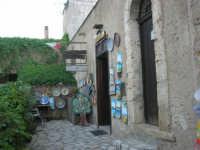 bottega di ceramica all'interno del Baglio Isonzo - 8 maggio 2007  - Scopello (1512 clic)