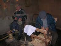 Presepe Vivente presso l'Istituto Comprensivo A. Manzoni, animato da alunni della scuola e da anziani del paese - un vecchietto costruisce i carteddi con canne e verghe di ulivo ed un altro lavora la palma nana utilizzando la giummara a la curina - 20 dicembre 2007   - Buseto palizzolo (1078 clic)