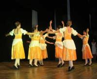 presso il Teatro Cielo d'Alcamo, il Saggio di danza, diretto da Rosanna Stabile - ARTE LIBERA - I Colori del mondo: LA PACE (foto 47)- 16 giugno 2007  - Alcamo (1047 clic)