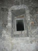 Castello dei Conti di Modica, interno: la finestra di una cella - 21 giugno 2007  - Alcamo (1161 clic)