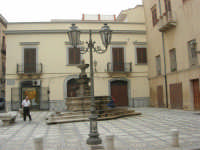 la fontana nella Piazza Mons. Pasquale T. Lombardo, già Purgatorio - 24 settembre 2007  - Marsala (1422 clic)